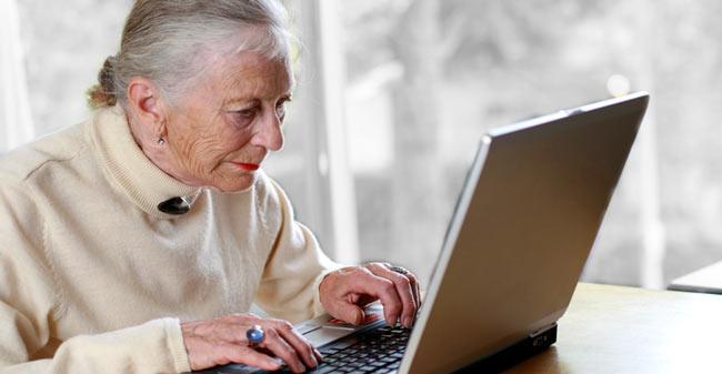 alte Dame vor laptop